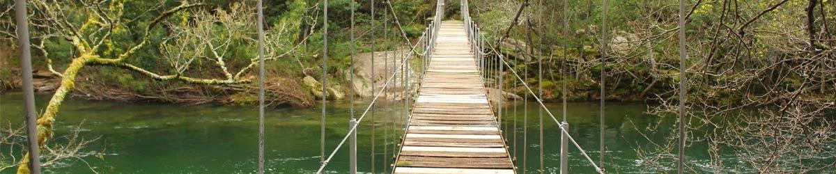 Ponte colgante sobre o río Verdugo